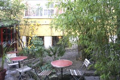 d jeuner dans un petit jardin en plein paris