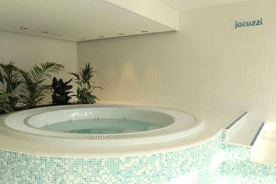 Jacuzzi hammam sauna solarium piscine et salle de for Piscine pas cher paris
