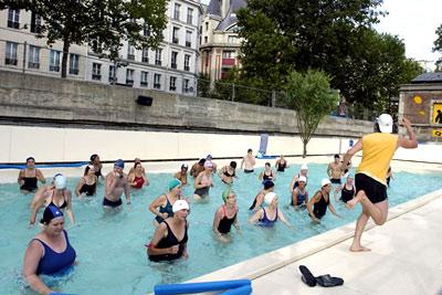 Cours gratuit d 39 aquagym dans la piscine de paris plages for Aquagym piscine paris