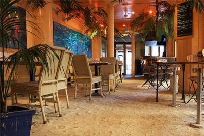 Restaurant insolite paris ambiance des seychelles avec sable et palmiers - Cuisine insolite ...