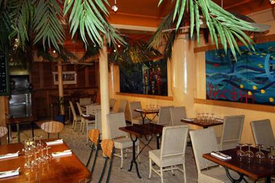 Restaurant insolite paris ambiance des seychelles avec sable et palmiers - Restaurant paris insolite ...