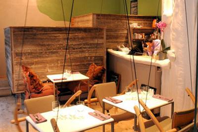 restaurant insolite paris o l 39 on mange sur des balan oires ou dans des petites cabanes. Black Bedroom Furniture Sets. Home Design Ideas