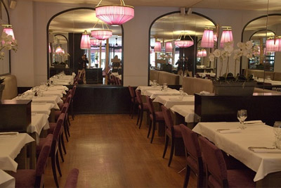 restaurant romantique paris cosy aux teintes douces fuchsia. Black Bedroom Furniture Sets. Home Design Ideas