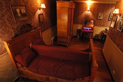bar insolite paris avec lit. Black Bedroom Furniture Sets. Home Design Ideas