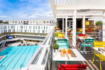 Bar insolite paris avec terrasse vue sur la tour eiffel for Bar la piscine paris 18