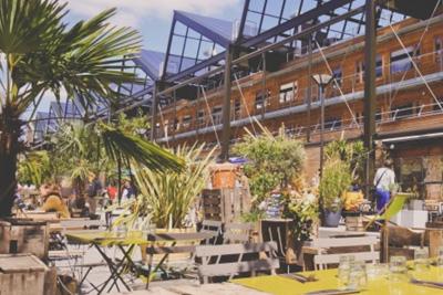 Bar restaurant insolite entour de verdure dans un for Restaurant 24h paris